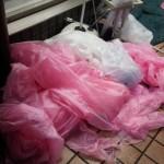 AKB総選挙の陰に・・・ピンク合羽の散乱・・・!?【画像】